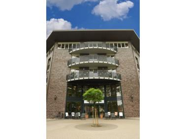 Das 2002 eröffnete CURANUM Pflege- und Betreuungszentrum St. Viti liegt etwas nördlich des...