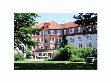 Die KMG Seniorenresidenz Haus Goethe liegt inmitten der großzügig gestalteten Grünan...