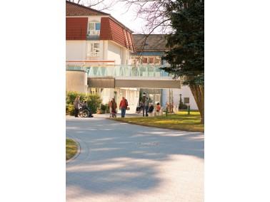 Die verschiedenen Gebäude der CURANUM Seniorenresidenz Hirschhalde befinden sich am süd&ou...