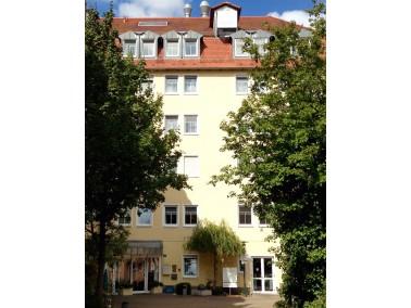 Das farbenfrohe Haus der CURANUM Seniorenresidenz Rosenstraße liegt zentral in Fürth. Die...
