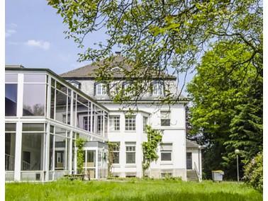 Neben einer denkmalgeschützten Villa im Stil der 20er Jahre entstehen 47 neue Wohnungen aufgete...