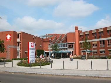 Das moderne Caritas Seniorenzentrum am Horbachpark...   ...liegt, umrahmt von einem großen Ga...