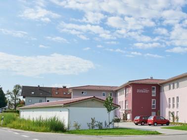 Objektbeschreibung: Neubau einer Eigentumswohnanlage mit 29 Wohnungen im Zentrum von Surheim. Die Wo...