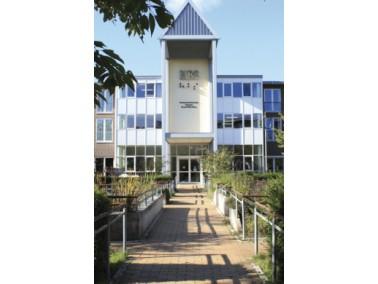 Das Senator-Ernst-Weiß-Haus wurde im Jahr 1997 eröffnet und stellt eine in Hamburg und Um...