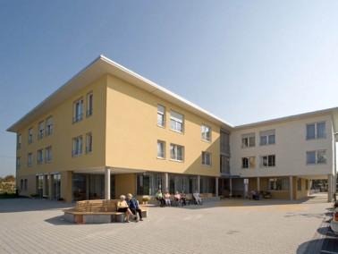 Das Haus am Seeweg der Evangelischen Heimstiftung liegt am Rande der kleinen Gemeinde Heddesheim dir...