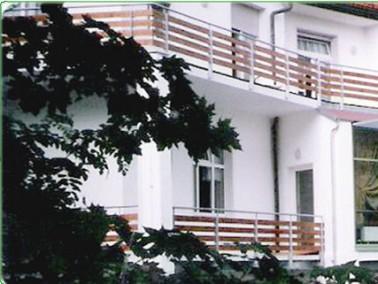 Unsere Seniorenhäuser, 1997 bzw. 1999 eröffnet, befinden sich in einem landschaftlich reiz...