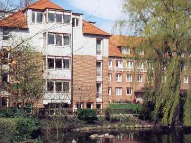 Neues Zuhause im Alter    Ein idyllischer Park, ein lebendiges Miteinander und rundum gute Pflege &...