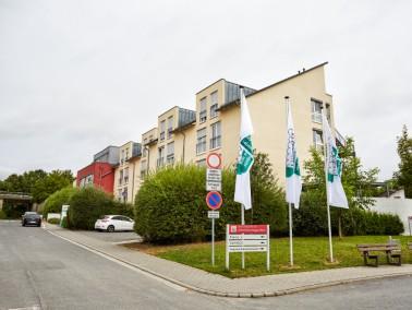 Am Rand von Essenheim unweit des alten Ortskerns liegt die Alloheim Senioren-Residenz