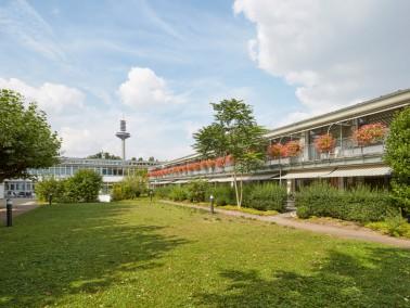 Das Seniorenzentrum Grünhof im Park liegt exponiert in Frankfurt - zentral und dennoch ruhig in...