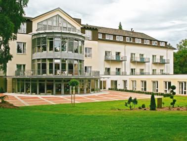 """Die Alloheim Senioren-Residenz """"Einbeck"""" liegt ruhig im Grünen und ganz nah am Stad..."""