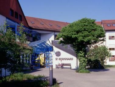 Das Altenzentrum St. Bernhard liegt in einer ruhigen und beschaulichen Gegend circa 40 Kilometer öst...