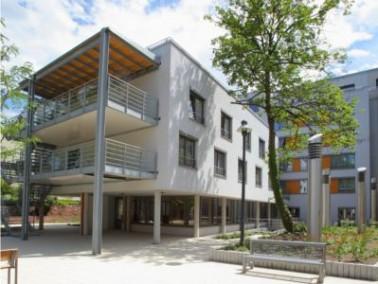 Das Benckiserstift liegt inmitten eines kleinen Parks mit altem Baumbestand im Zentrum von Karlsruhe...