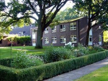 Das Pflegeheim Bloherfelde bietet 47 stationäre Pflegeplätze für seelisch behinderte Menschen. Die E...