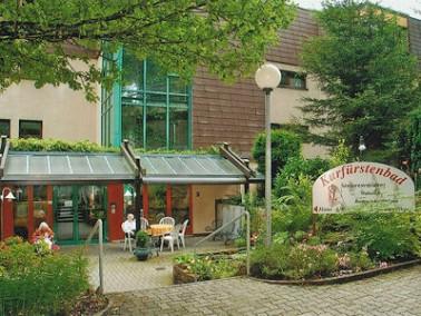 Umgeben von Wäldern und Wiesen liegt die Seniorenresidenz Kurfürstenbad verkehrsgünst...