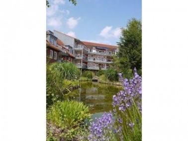 Von viel Grün umgeben und doch zentral in Lingen liegt das CURANUM Seniorenstift Lingen. Die In...