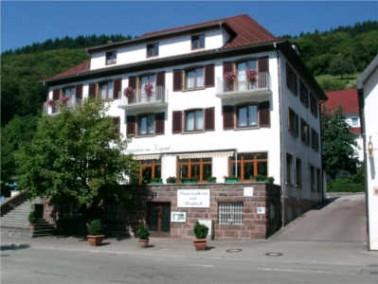 Das Seniorenheim am Kurpark liegt am Stadtrand von Ottenhöfen. Der Luftkurort wird liebevoll al...