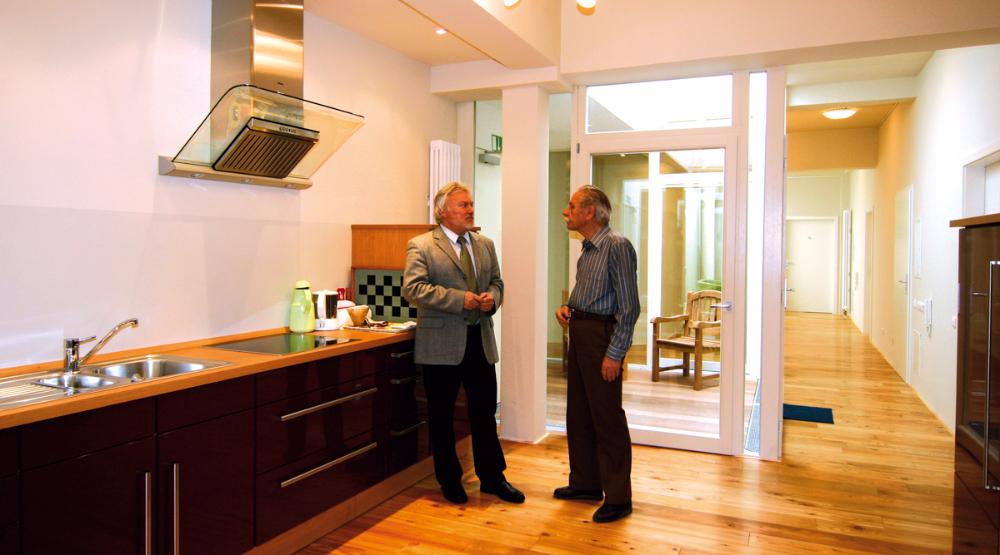In Den Einzelnen Wohngruppen Mit Eingebauten Küchen Fühlen Sich Die  Senioren Wohl